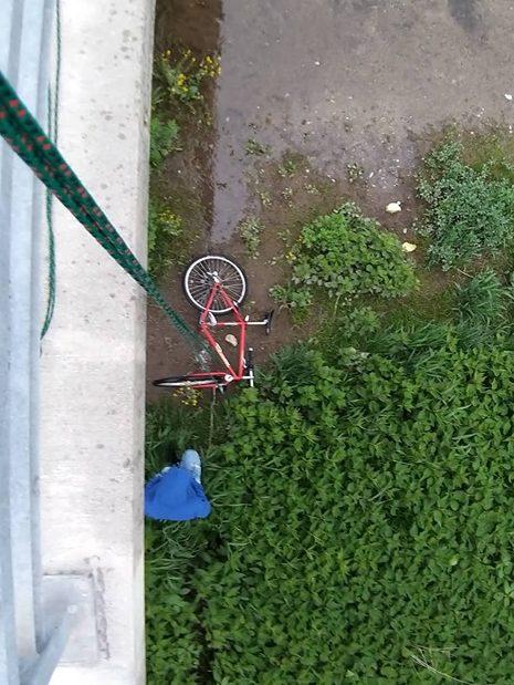 Ako vyzerá vyťahovanie bicykla spod mosta
