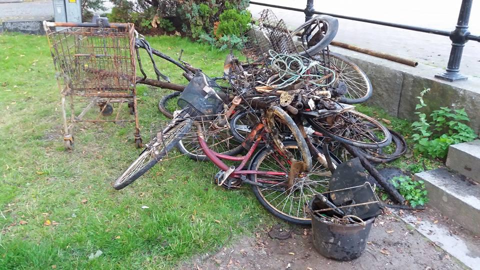 Hromada bicyklov a nákupný košík