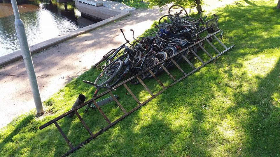 Veľa hrdzavých bicyklov a rebrík