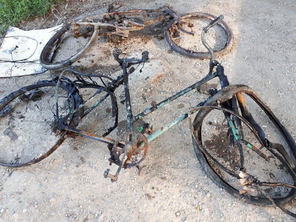 Dva mokré bicykle, ktoré lovci práve vytiahli