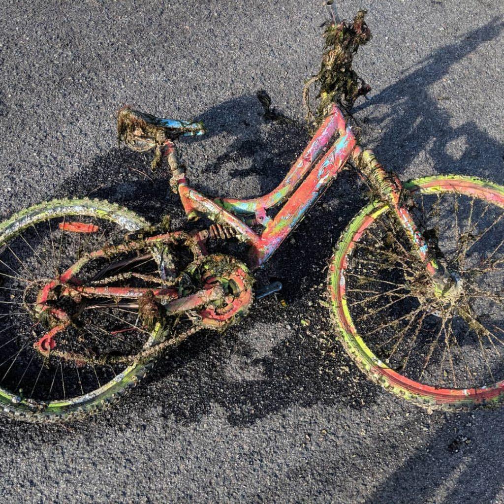 Skorodovaný a špinavý magnetický nález bicykla