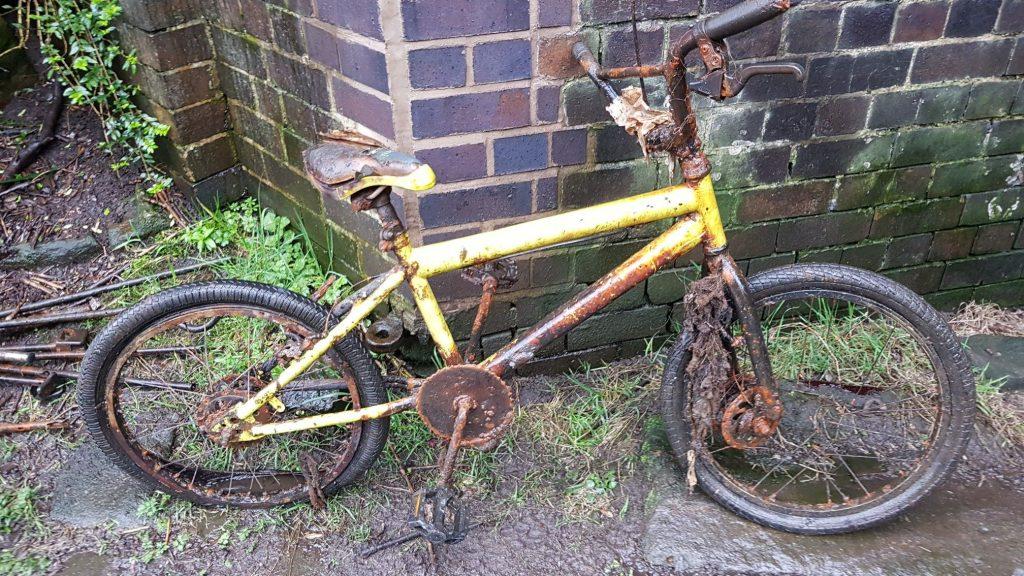Bicykel vytiahnutý z vody