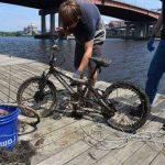Záhada bicyklov vo vode: prečo ich je tam toľko?
