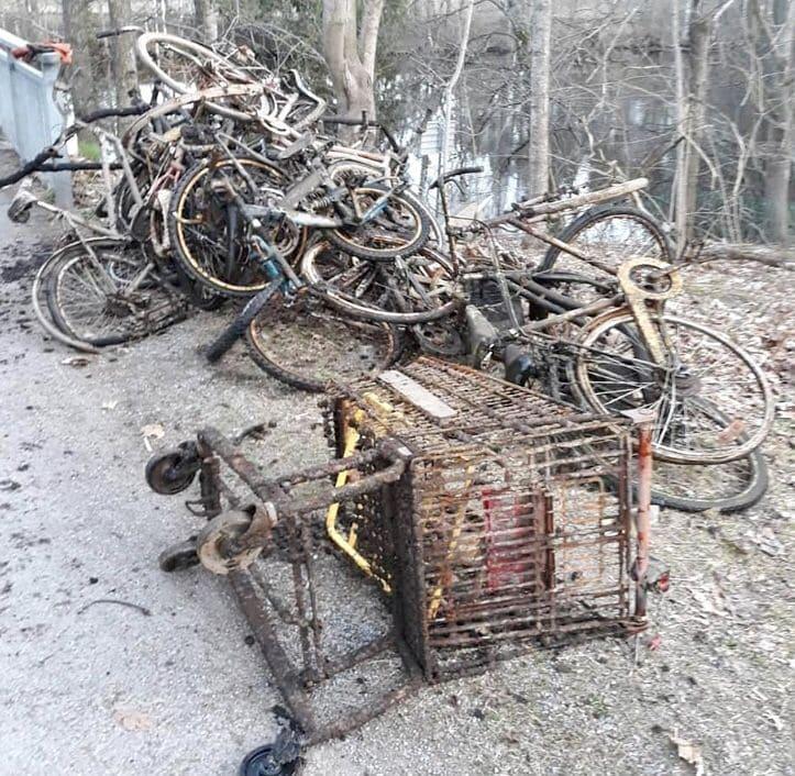 Nákupný košík a cintorín bicyklov