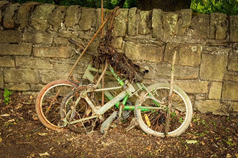 Pozostatky bicyklov opreté o múrik