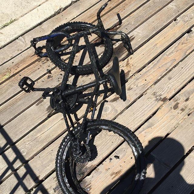 Rozbitý bicykel na drevenom móle