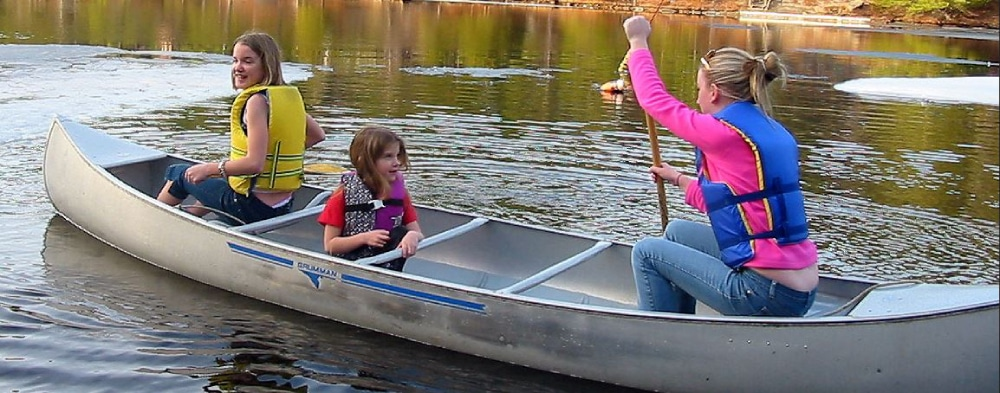 Rodina splavuje rieku na kanoe