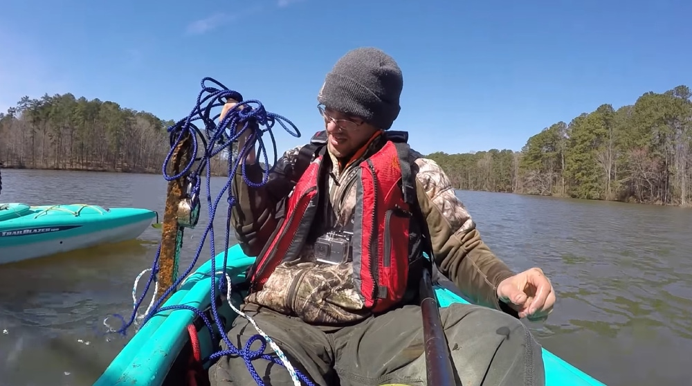 Magnetový lovec na člne vylovit ťažký kus železa
