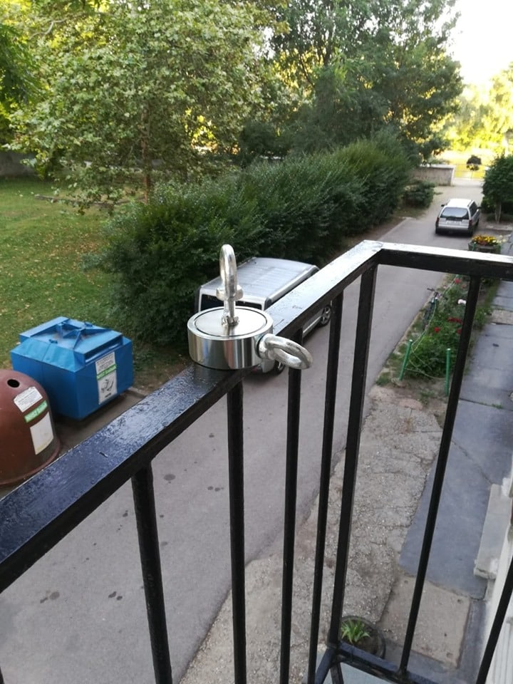 Magnet prichytený na zábradlí balkónu