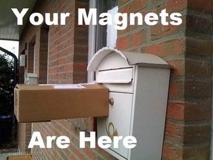 Krabica s magnetom prilepená na schránke