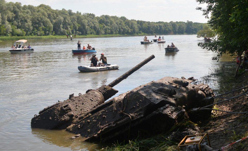 Tank ťahaný z rieky