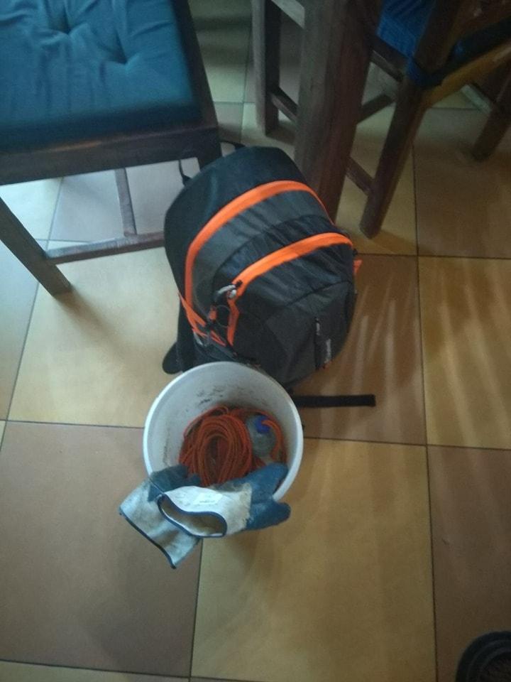 Výbava pre magnet fishing: plný ruksak, vedierko, rukavice