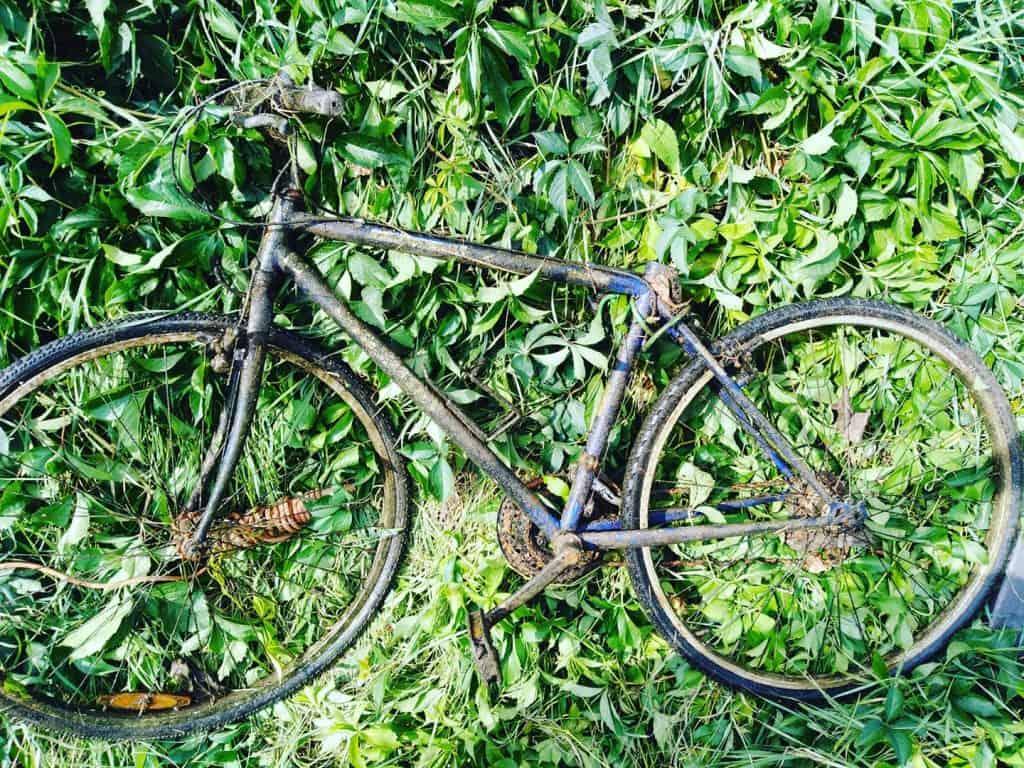 Hrdzavý bicykel v tráve