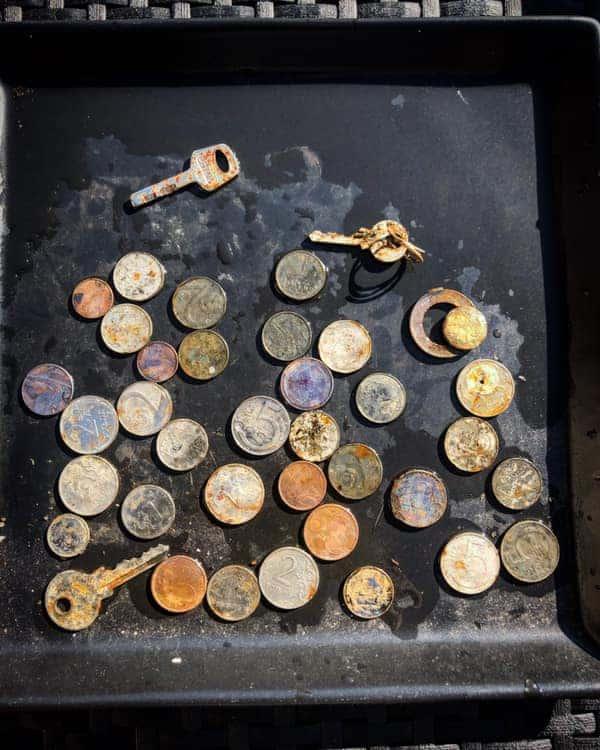 Mince a kľúče vytiahnuté z vody magnetom