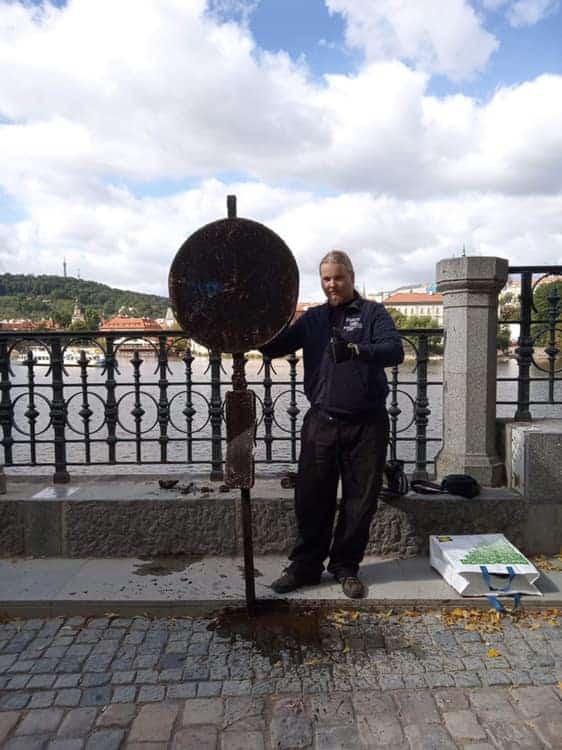 Dopravná značka nájdená v Prahe pri hoteli Foru seasons
