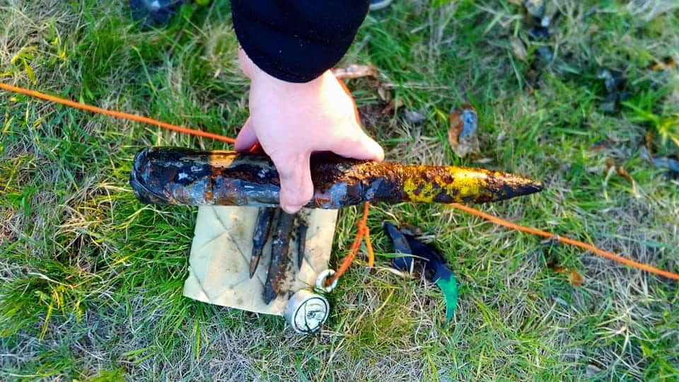 Magnet fisher drží v ruke guľometný náboj