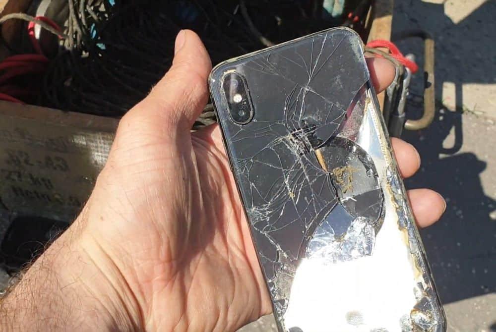 Rozbitý mobil vytiahnutý z vody počas hľadania pokladov