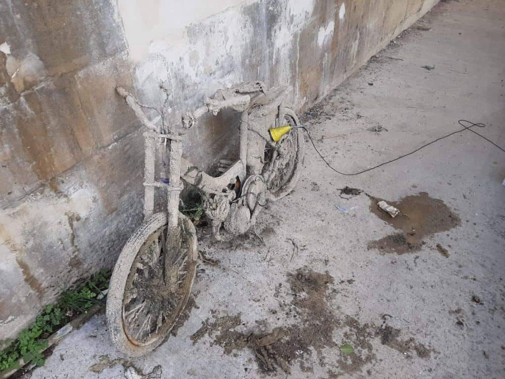 Starý moped opretý o betónovú stenu