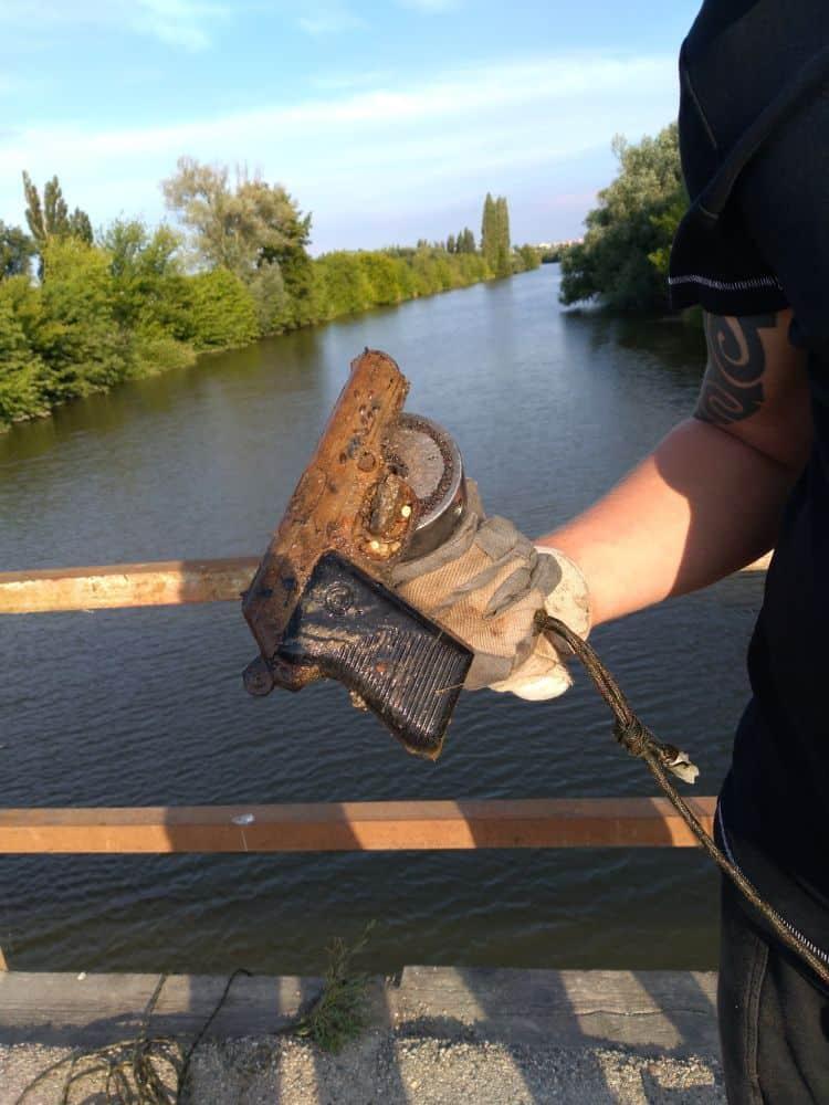 Pištoľ objavená pod mestským mostom