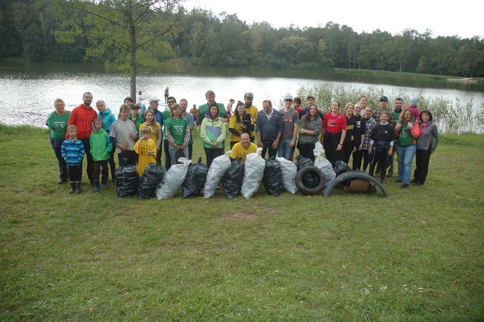 Tím eko-dobrovoľníkov čistiacich prírodu