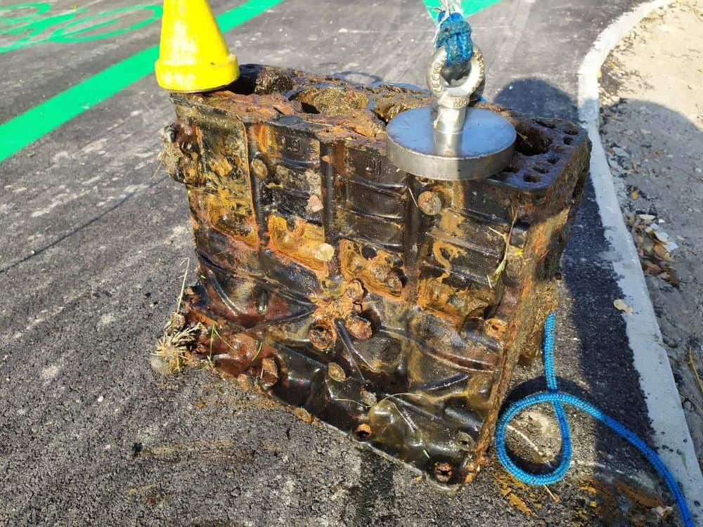 Fishing magnet na 530 kg prichytený na motore