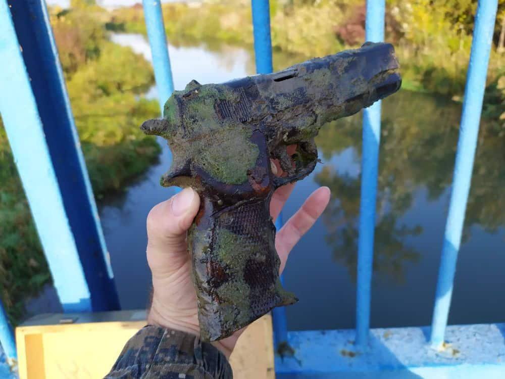 Maketa pištole objavená pod mestským mostom